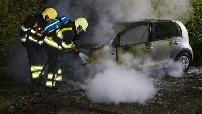 Geparkeerde auto volledig uitgebrand in Esch