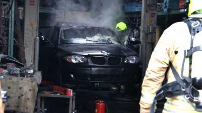 Auto vat vlam na laswerkzaamheden