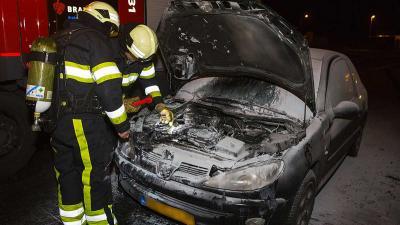 Vrachtwagenchauffeurs schieten vrouw in brandende auto te hulp