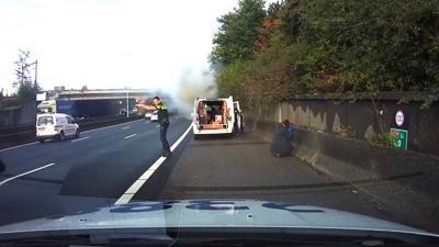 Man weet samen met agenten kinderen uit brandende auto te redden