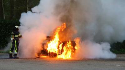 Automobilist moet uitstappen om brand