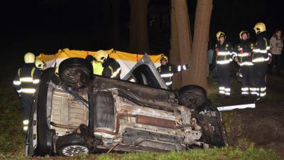 Auto op zijn kant in de sloot, twee gewonden
