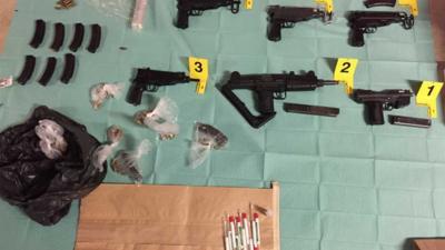 Fouilleeractie levert 6 automatische vuurwapens en bijna 2 ton cash op