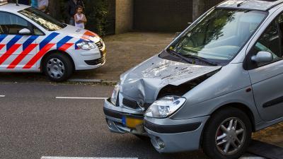 Automobilist schiet uit de bocht en ramt schutting