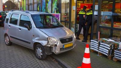 Bejaarde automobiliste ramt gevel van winkel in Schijndel