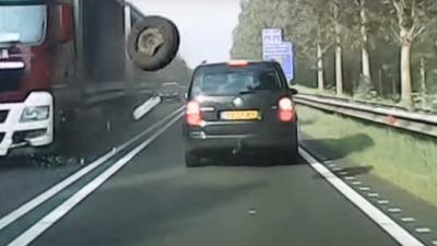 Losgeschoten autowiel schiet rakelings langs tegemoetrijdende auto's