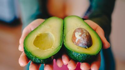 Twee avocado helften met pit