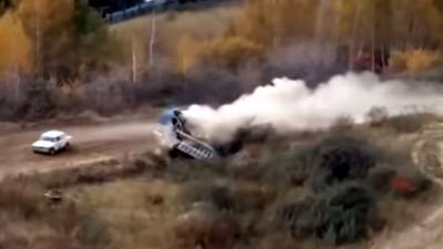 Rallyauto beukt door toren met baanofficials