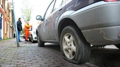 Banden van auto's lekgestoken