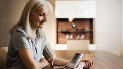 Vrouw die bloeddruk meet