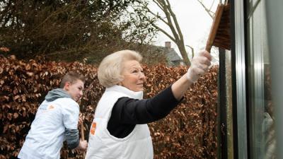 Prinses Beatrix maakt broeikas schoon voor NL doet