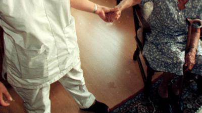 Ziekenhuis start handmassage voor kwetsbare oudere patiënt