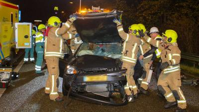 Automobilist bekneld na botsing met bus op de A2