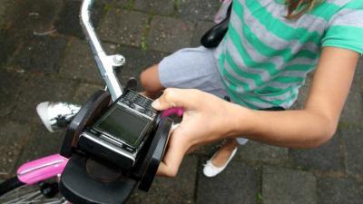 Minister gaat appen en bellen op fiets verbieden