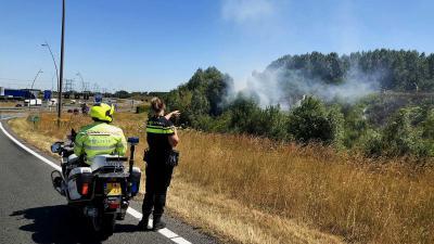 Flinke vertraging snelweg A50 bij Eindhoven door felle bermbrand