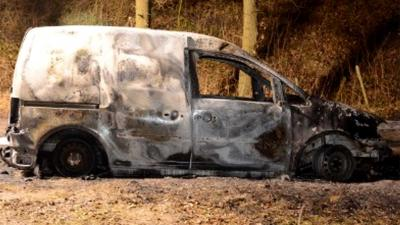 Rechercheteam roept hulp burgers in rond dode in verbrande bestelauto