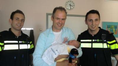De agenten Remco en Borko met in het midden de trotse vader met zijn zoon Thomas