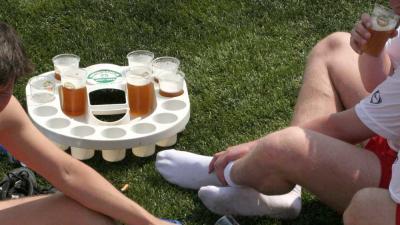 Foto van bier op voetbalveld   Archief EHF