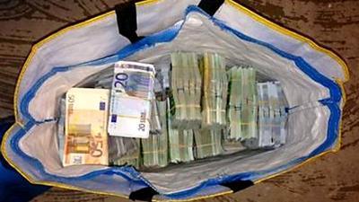 Foto van eurobiljetten in tas | OM