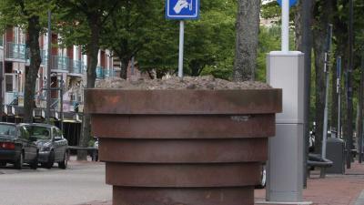 Verzwaarde bloembakken in centrum Rotterdam tegen aanslagen