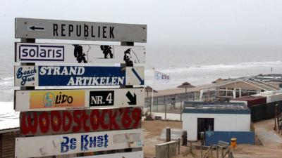 Politie beëindigt strandfeesten Bloemendaal vanwege drukte