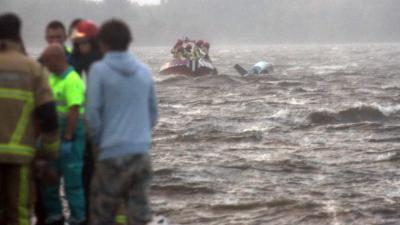 Drie opvarenden door storm omgeslagen zeilboot Westeinderplas gered