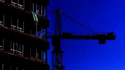 Bouwkraan valt door storm tegen Belgisch flatgebouw; 1 dode en 5 gewonden