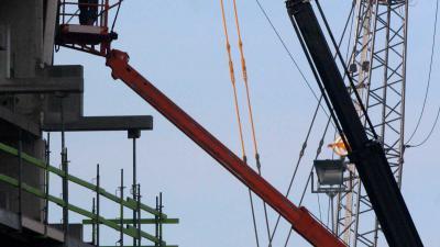 Twee gewonden na knakken grote bouwkraan in Deurne