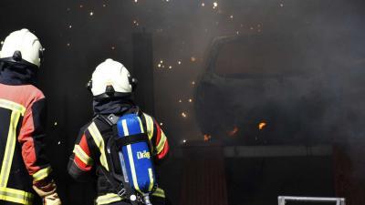 Auto in garage vat vlam bij werkzaamheden