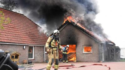 Grote brand legt schuur in as