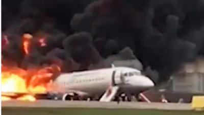 Vliegtuig keert brandend terug naar luchthaven. Zeker 13 doden
