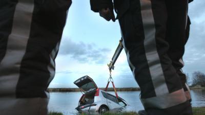 Foto van auto te water brandweer | Archief EHF