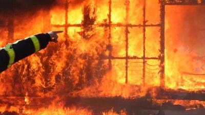 Grote brand op camping in Venetië legt 40 stacaravans in as