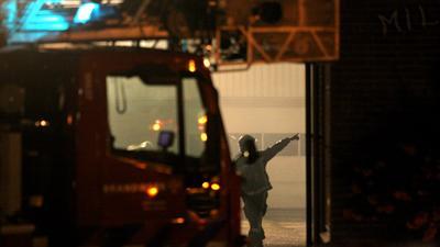 Foto van brandweer met ladderwagen in donker   Archief EHF
