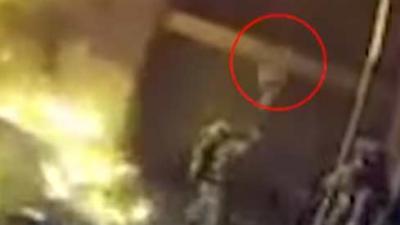 Vader gooit kind van drie hoog naar beneden in armen van brandweerman