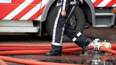 Foto van brandweerman en brandweerwagen