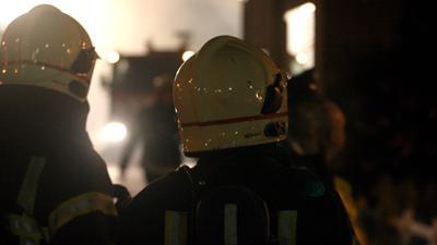 Foto van brandweermannen in de avond   Archief EHF