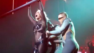Britney Spears scheurt op podium in Vegas uit haar sexy pakje