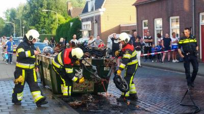 Brand in bromfiets slaat over op afvalcontainer in centrum Boxtel