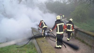 In Hoogeveen heeft dinsdagochtend een brug in brand gestaan.