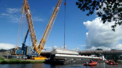 Brugdelen nieuwe brug over de Gaasp ingehesen