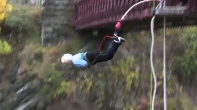 Overgrootoma (91) maakt Bungy Jump