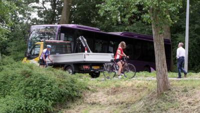 Vrouw op scootmobiel te water, kerende bus komt vast te zitten