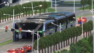 China ontwikkelt futuristische bus die over files heen kan rijden