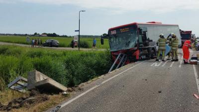 Meerdere gewonden bij ernstige aanrijding streekbus en bestelbusje