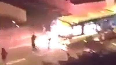 Gemaskerde mannen steken bus met passagiers in brand in Parijs