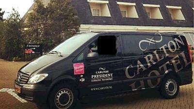 Foto van de bedrijfsbus van het Carlton Hotel | Politie