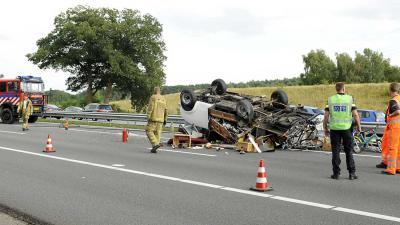 Inzittenden camper bekneld na ongeval A12 door klapband