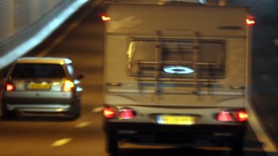 Dieven stelen caravan met eigenaar erin