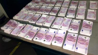 Geldhond vindt 2 miljoen cash in dak ambulance haven Vlissingen